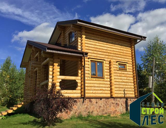 Дом из оцилиндрованного бревна летом