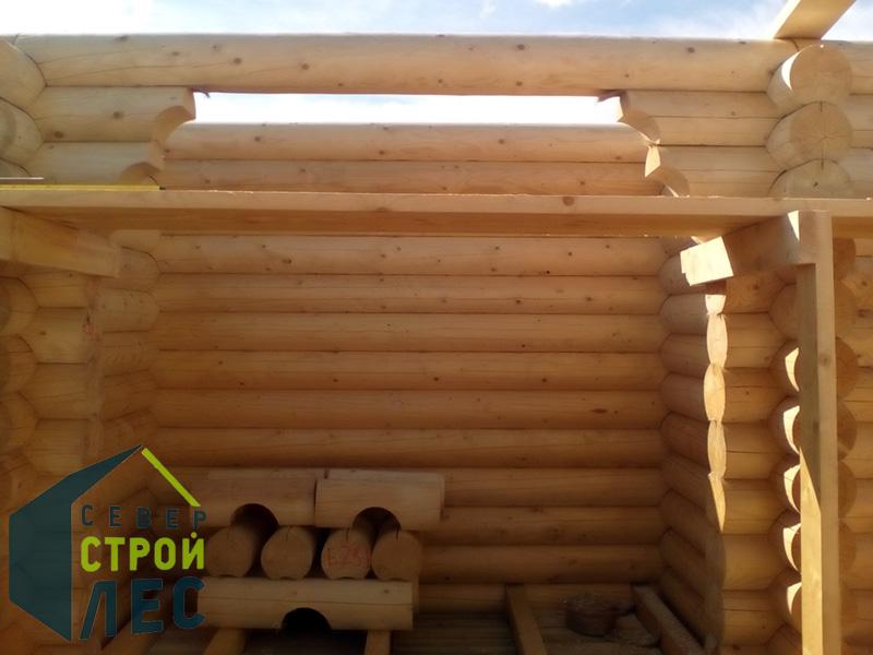 Монтаж стен при строительства сруба бани