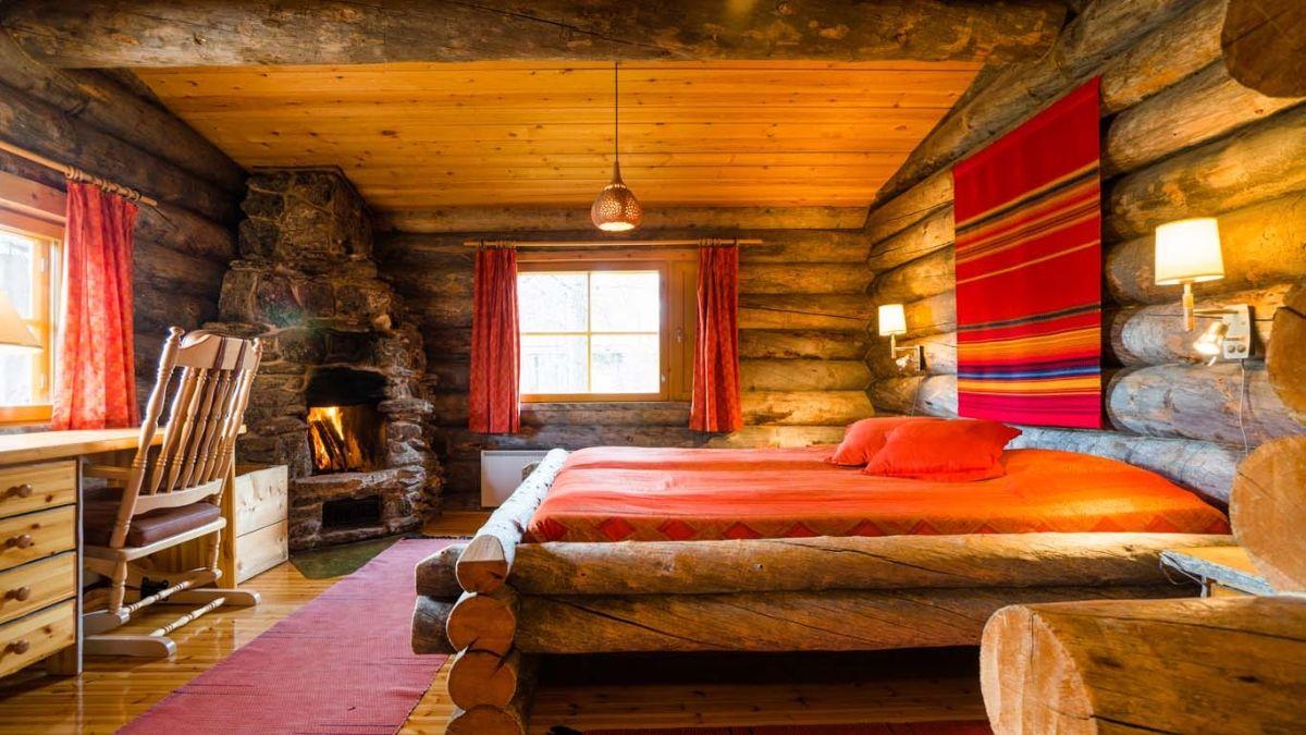 Как обставить спальню в деревянном доме