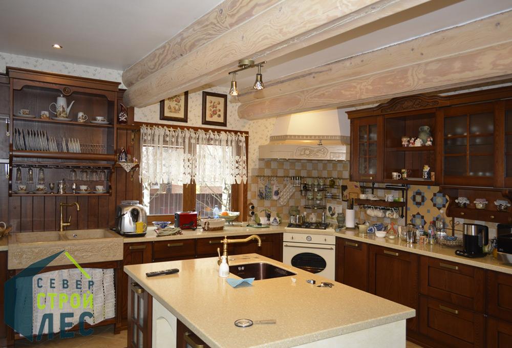 Кухня в срубе дома из бревна