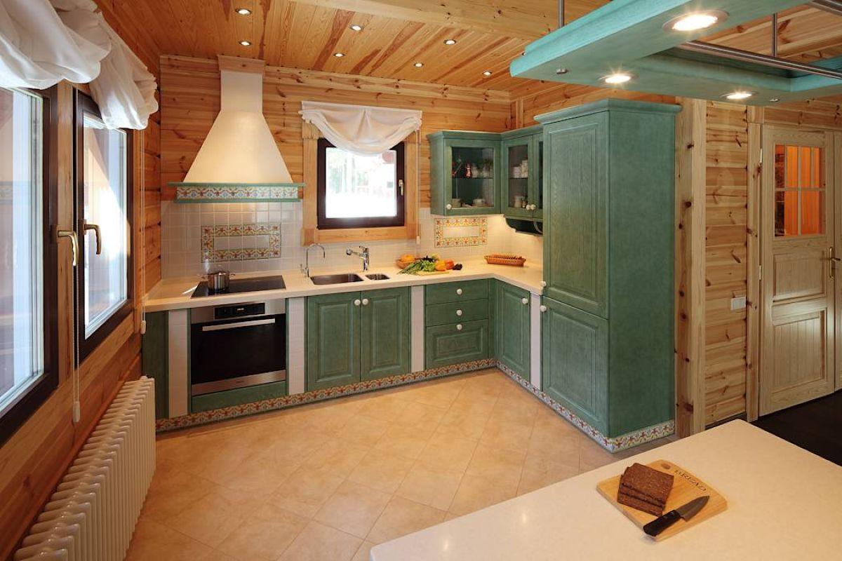Фартук на кухне в деревянном доме