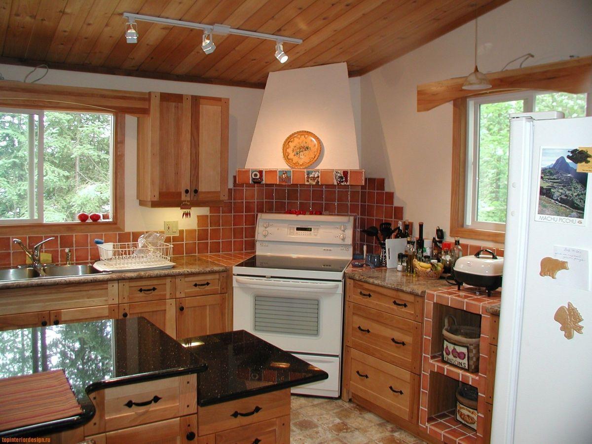 Кухонный фартук в деревянном доме