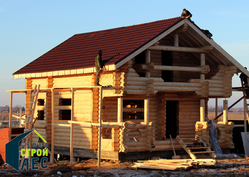 Монтаж крыши в доме из оцилиндрованного бревна
