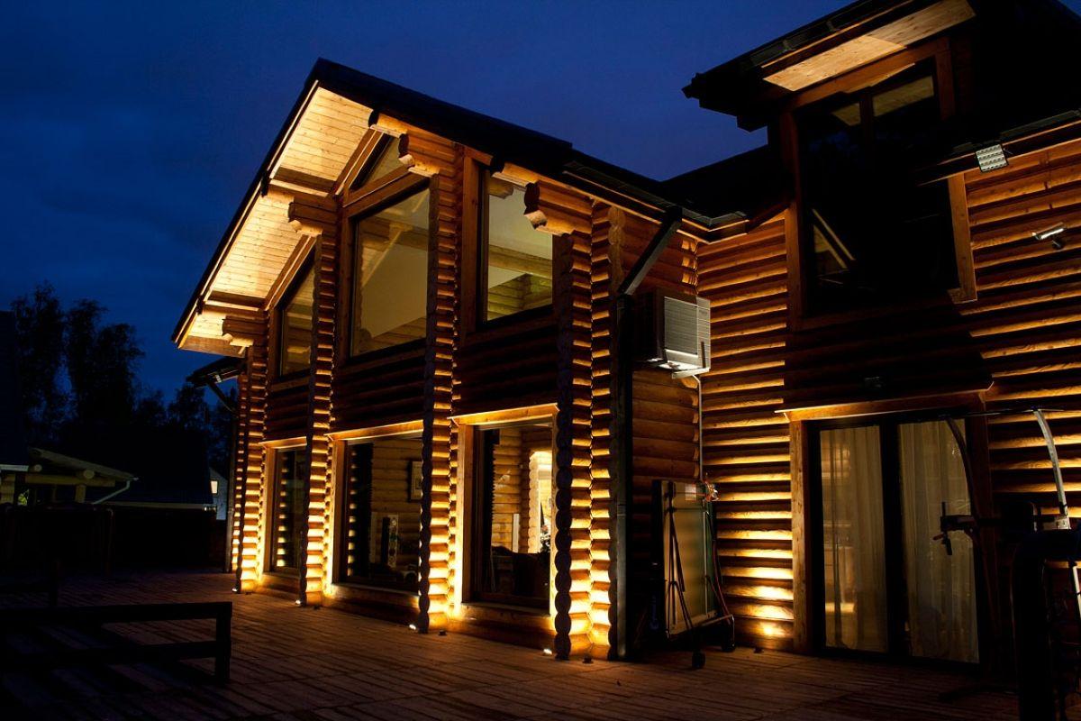 Подсветка деревянного дома из бревна