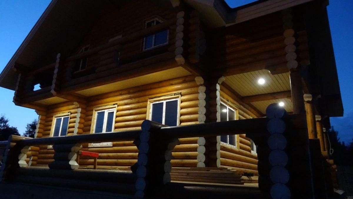 Подсветка двухэтажного дома из бревна