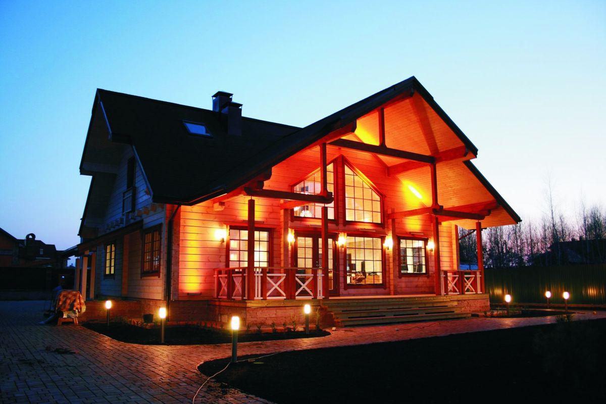 Подсветка фахверкового деревянного дома