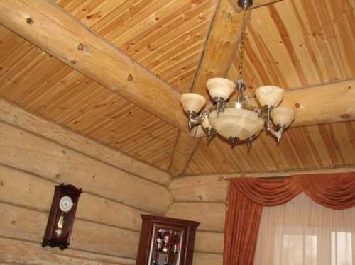 Отделка потолка в деревянном доме