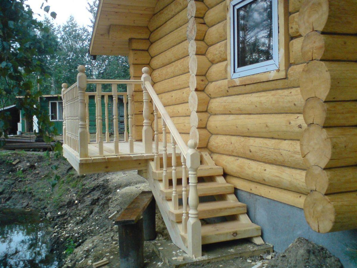 Деревянная лестница в срубе дома