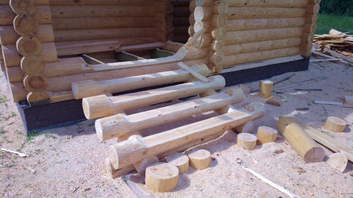 Установка лестница в доме из бревна
