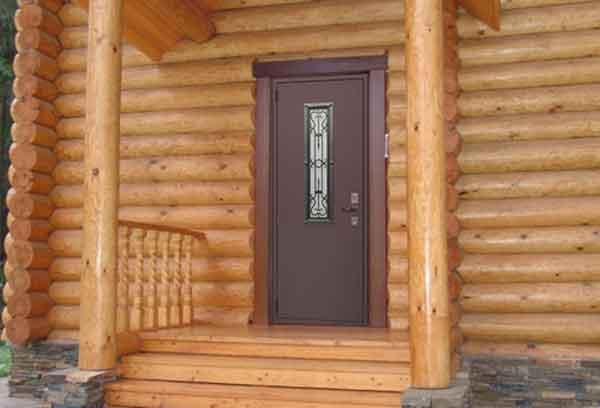 Входная дверь в срубе дома