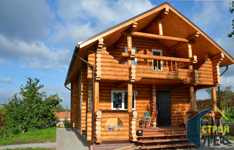 Дом из оцилиндрованного бревна весной