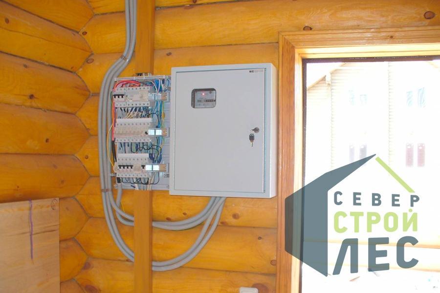 Электрический щиток, смонтирован в доме из оцилиндрованного бревна